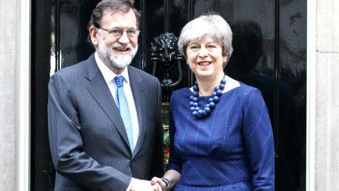 Mariano Rajoy y Theresa May en un reciente encuentro en Londres. (Foto: AFP)