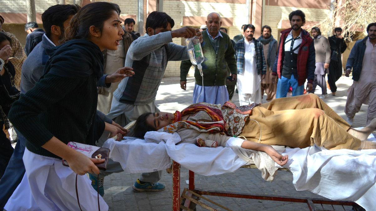 Una  mujer herida es atendida (Foto: AFP).