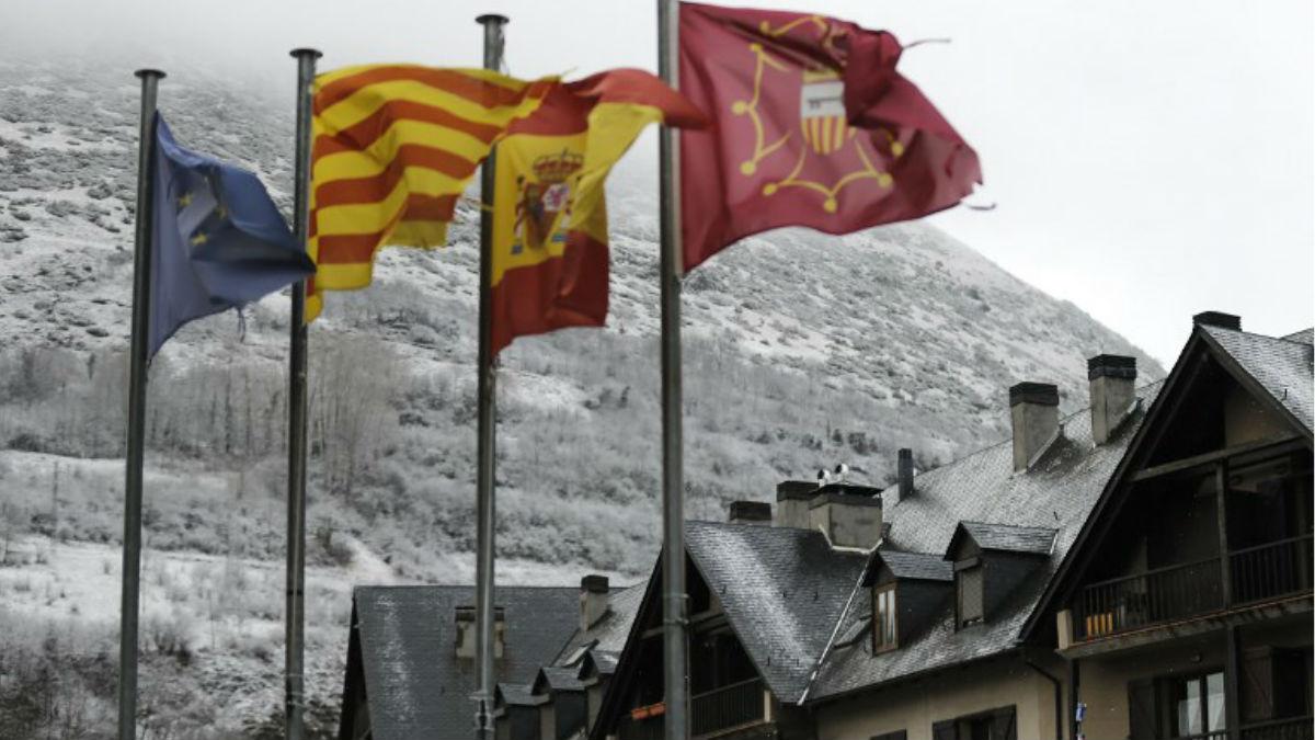 La bandera europea, la senyera catalana, la española y la del Valle DE Arán ondean juntas en la región catalana. Foto: AFP