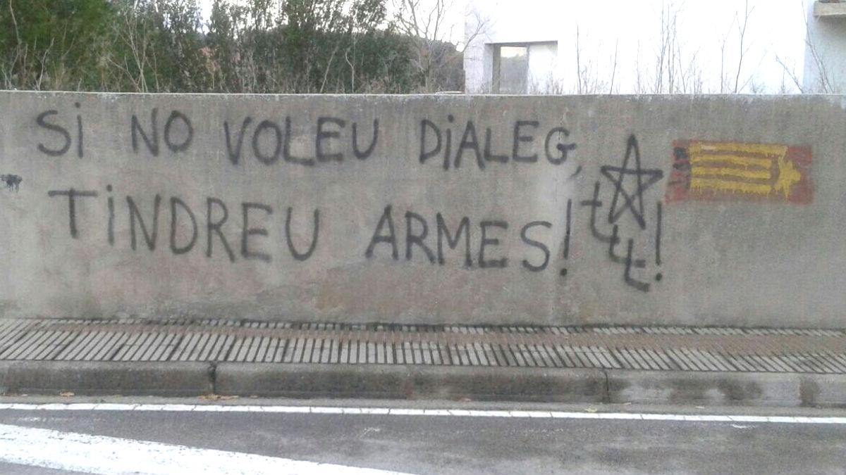 Pintadas en Pals (Gerona) a favor de la reacción violenta