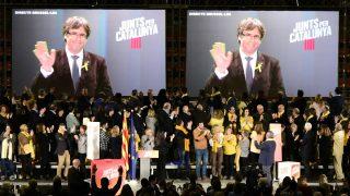 Carles Puigdemont interviene desde Bruselas en un acto de campaña de JuntsxCat. (Foto: AFP)