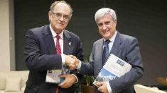 El presidente del Consejo General de Colegios Oficiales de Veterinarios de España, Juan José Badiola, y de A.M.A., Luis Campos.