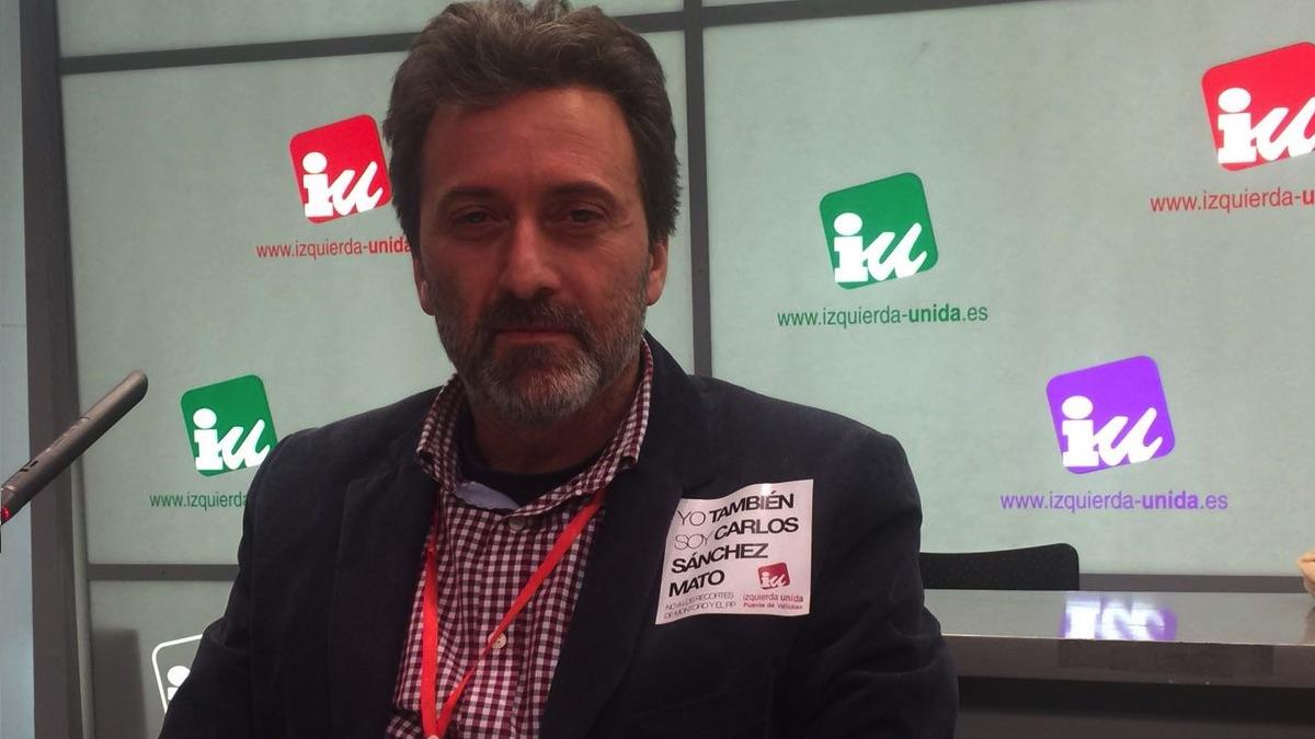 Mauricio Valiente este martes luciendo una pegatina de apoyo. (Foto: TW)
