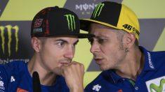 Viñales y Rossi hablan en una rueda de prensa. (AFP)