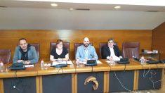 La portavoz de Podemos en el Parlamento de Cantabria, Verónica Ordóñez (segunda por la izquierda), junto al resto de diputados de la formación