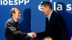 Rajoy y Albiol se saludan en el acto de campaña de este lunes (Foto: Efe)