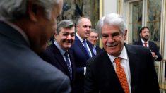 El ministro Dastis durante su reunión con los alcaldes del Campo de Gibraltar para tratar las negociaciones del Brexit. (EFE)