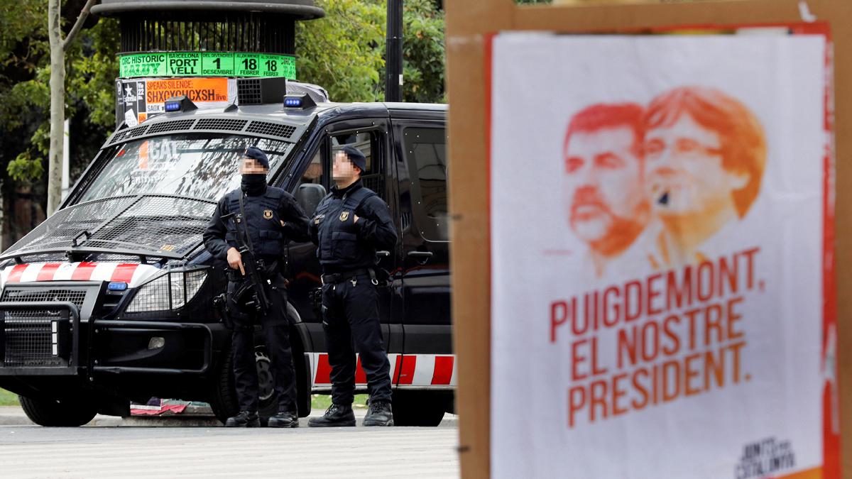 Agentes de los Mossos d'Esquadra. (Foto: EFE)