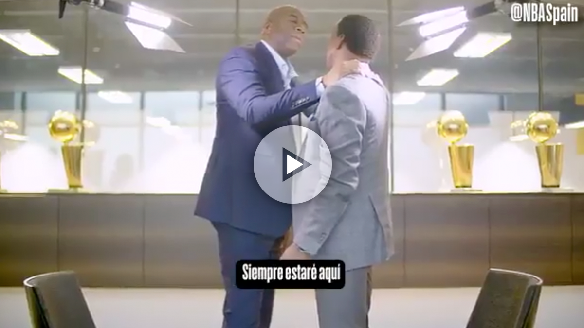 Magic Johnson se abraza con Isiah Thomas.