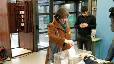 La diputada de la CUP Mireia Boya deposita su papeleta en un colegio electoral del Valle de Arán.