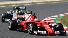 Sebastian Vettel y Lewis Hamilton protagonizaron el mejor duelo de la temporada de Fórmula 1 mientras se disputaban la victoria del GP de España. (Getty)