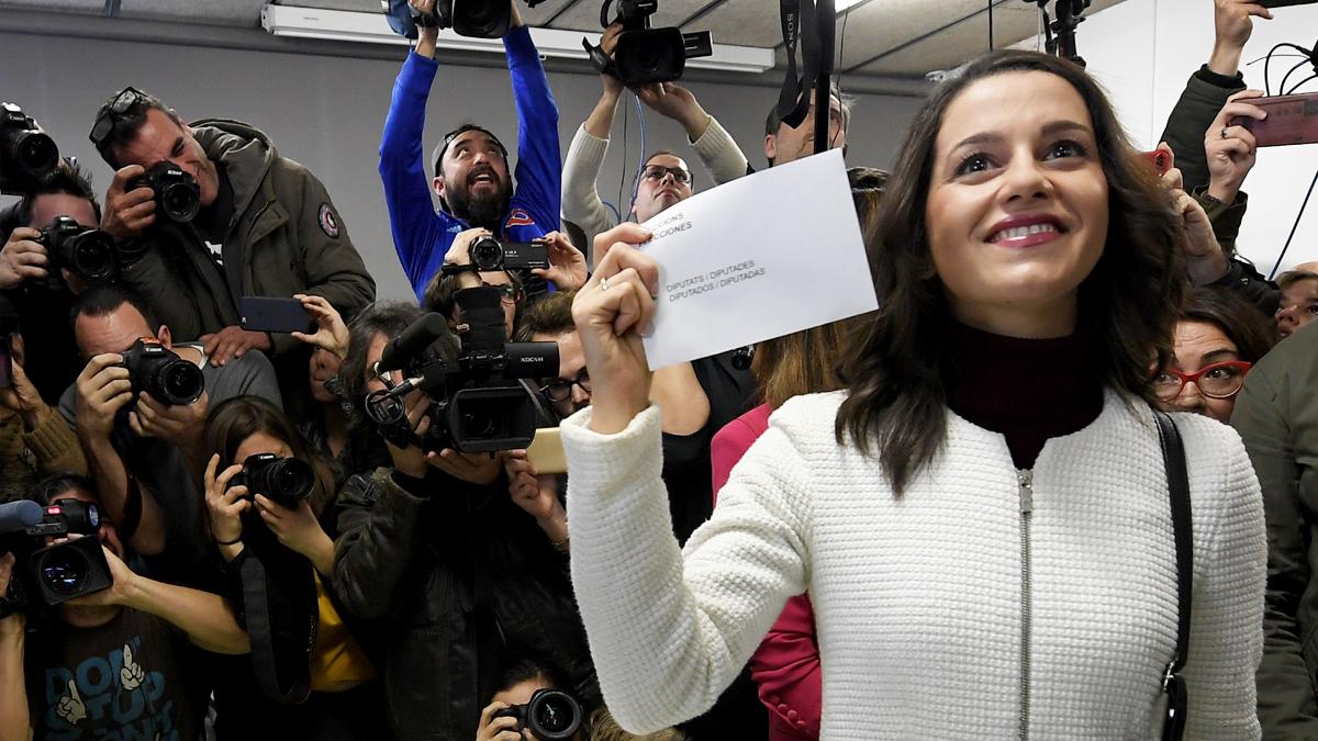 Inés Arrimadas vota en las elecciones catalanas del 21D. (Foto: EFE)