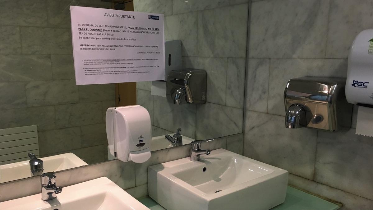 Carteles que informan del agua no potable en el Ayuntamiento de Madrid.