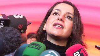 La candidata de Ciudadanos a la presidencia de la Generalitat, Inés Arrimadas, hace declaraciones a los medios de comunicación en la carpa informativa de su partido, en la Plaza de la Universidad de Barcelona (Foto: Efe)