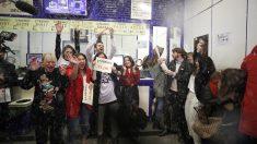 Fiesta en 'Doña Manolita', que ha vendido el 'Gordo' de la Lotería de Navidad. (Foto: EFE)