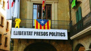 Pancarta a favor de los presos en el Ayuntamiento de Vic.