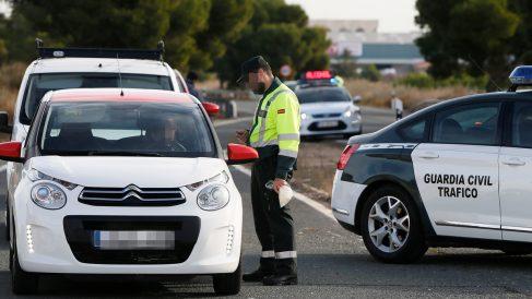 La Guardia Civil en un control rutinario en carretera. (Foto: EFE)