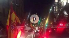 Una caravana de coches con banderas españolas ha recorrido este sábado Barcelona.
