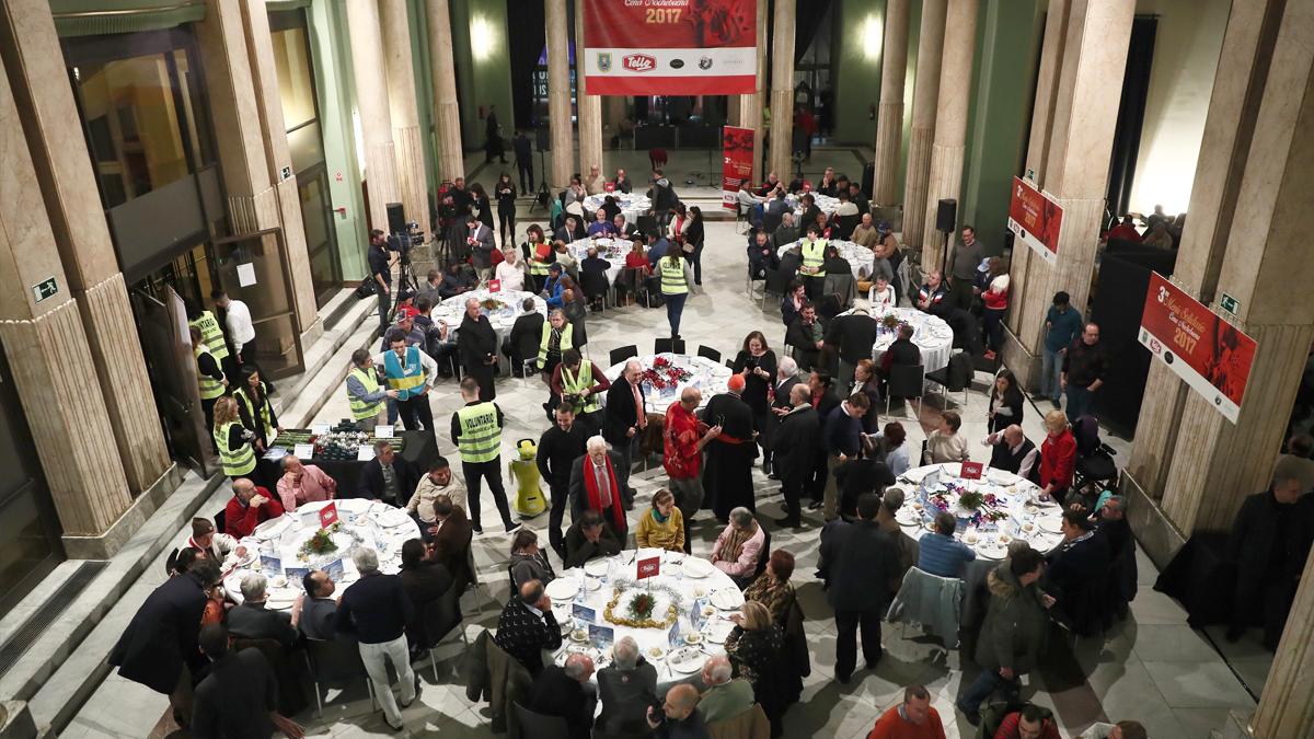 Cena de Nochebuena de Mensajeros de la Paz en el Círculo de Bellas Artes de Madrid. (Foto: EFE)