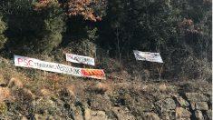 Pancartas contra el PSC en el pueblo de Puigdemont.