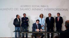 Rajoy firma con los agentes sociales subir el SMI un 4% en 2018, un 5% en 2019 y un 10% en 2020 (Foto:EFE)