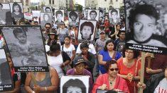 Protestas en Perú por el indulto a Alberto Fujimori con carteles con sus víctimas. (Foto: AFP)