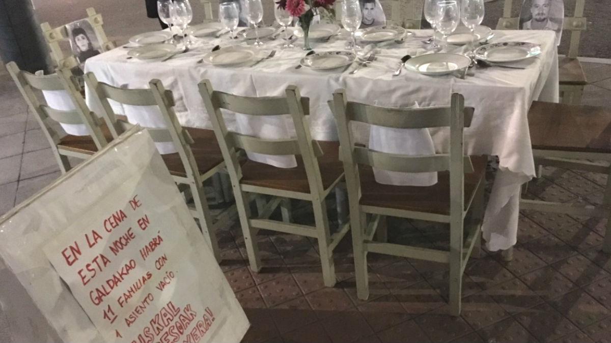 Mesa y sillas para la cena de etarras en plena calle principal de Galdácano. Foto: @rpr3z