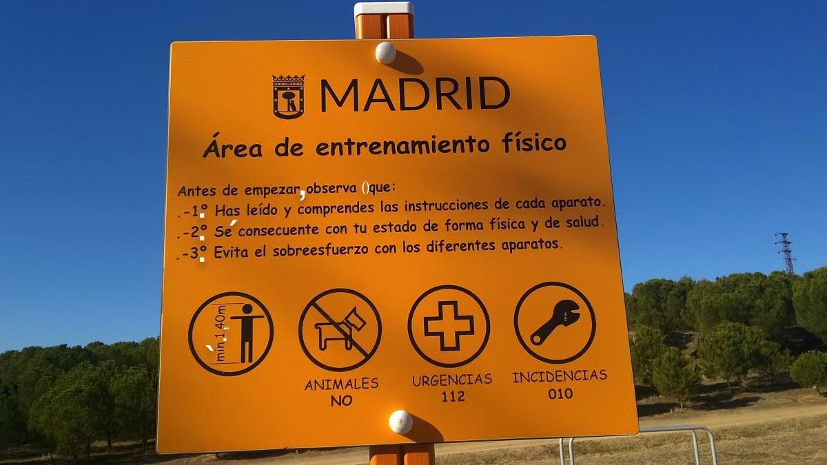 Cartel instalado en Vicálvaro lleno de erratas. (Foto: OKDIARIO)