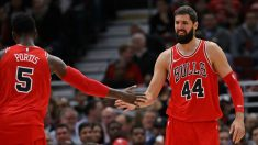 Mirotic, felicitado por Portis. (Getty)