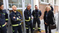 Manuela Carmena visitando bomberos estas navidades. (Foto: Madrid)
