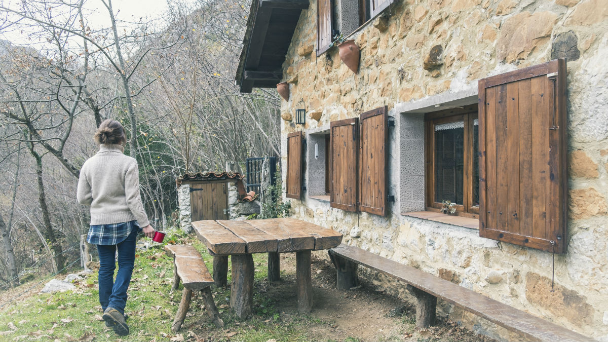 Mujer tomando café en casa de campo, Ponga, Asturias, España. (Foto:iStock)