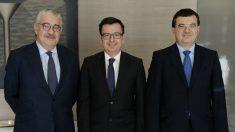 José Bogas, CEO de Endesa; el vicepresidente del BEI, Román Escolano y el directori financiero de Endesa, Paolo Bondi (Foto:Endesa)