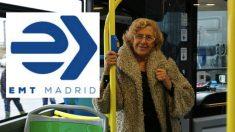 La alcaldesa Manuela Carmena junto al nuevo logo de la EMT que presupuestó en 1,5 millones. (Foto: Madrid)