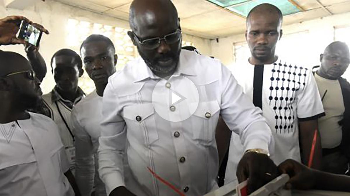 George Weah votando en las elecciones. (AFP)