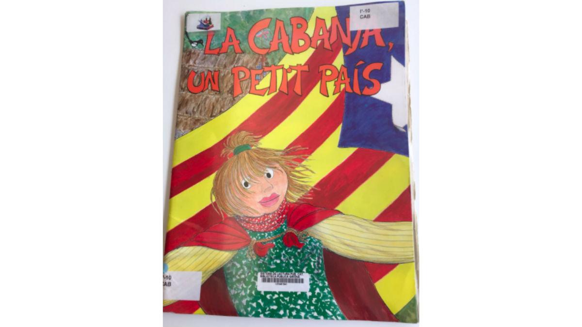 Cuento 'La Cabaña, un pequeño país', en una biblioteca de Gerona.