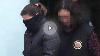 Agentes de la UCO, de la Guardia Civil, en el cuartel de Padrón, trasladan detenida a la mujer de J.E.A.G., el hombre que ha sido detenido por la Guardia Civil en relación con la desaparición de Diana Quer (EFE)