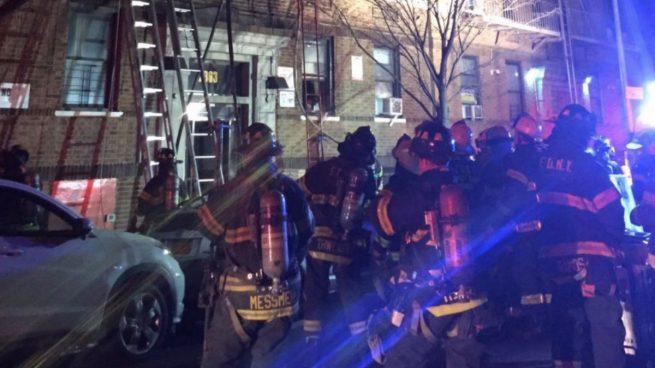 Bomberos de Nueva York trabajan en el lugar del incidente. Foto: Twitter