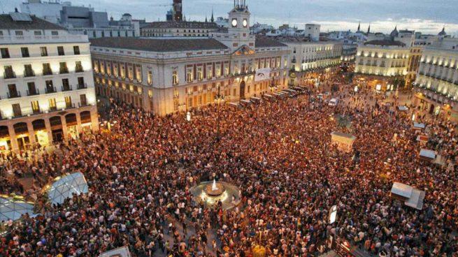 La madrileña plaza de Sol abarrotada durante la Nochevieja para asistir a las campanadas que anuncian el año nuevo.