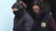 Agentes de la Guardia Civil, en el cuartel de Padrón, trasladan detenida a la mujer de 'El Chicle', arrestado por la desaparición de Diana Quer. (EFE)