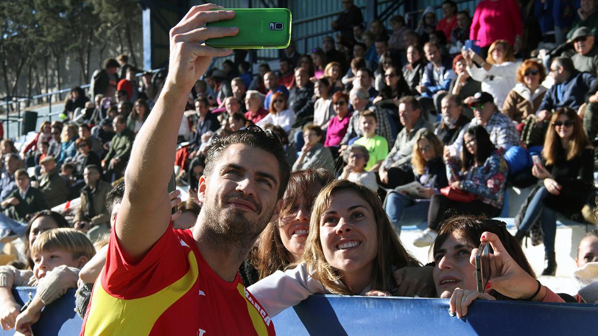 Las fans fueron las más afortunadas en el partido benéfico celebrado en Móstoles (Foto: E. Falcón)