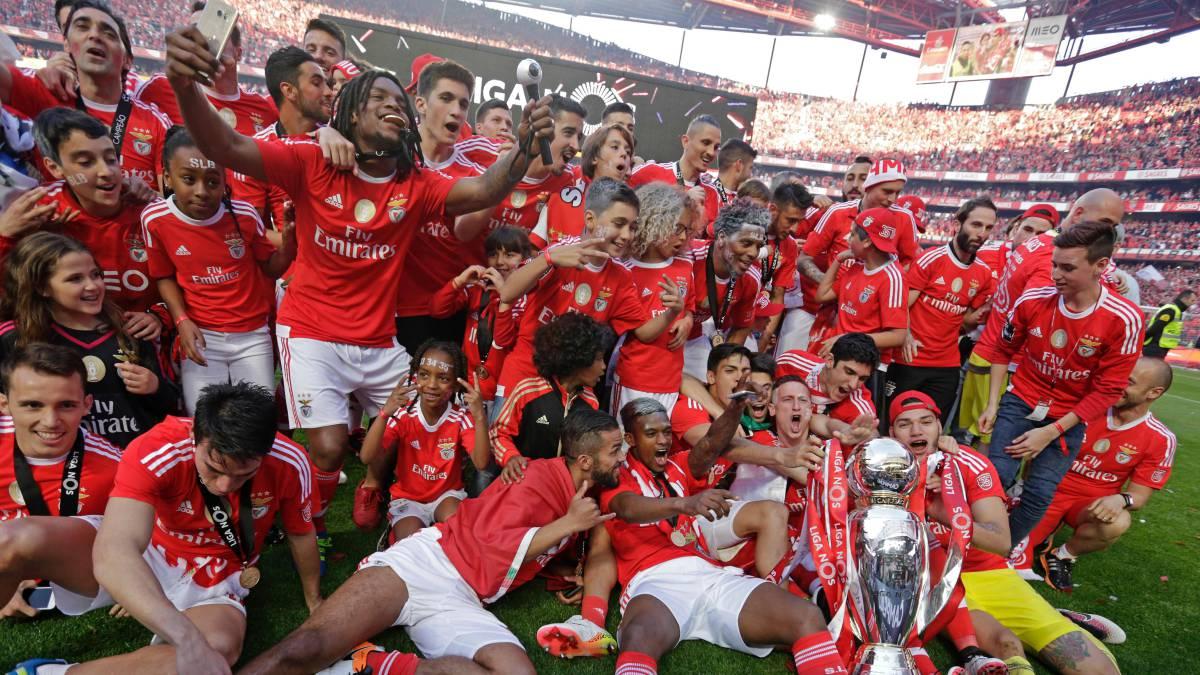 Los jugadores del Benfica celebran el título. (AFP)