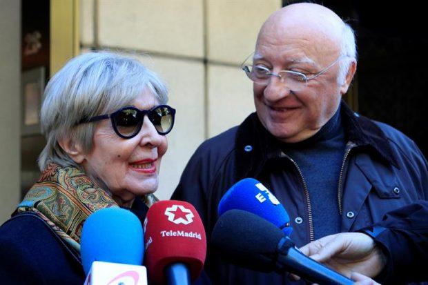 La actriz Concha Velasco y el actor Raúl Sénder atienden a los medios a su llegada a la capilla ardiente del actor Pedro Osinaga, fallecido ayer en Madrid a los 81 años de edad. Foto: EFE