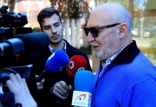 El actor Pepe Ruiz atiende a los medios a su salida de la capilla ardiente del actor Pedro Osinaga, fallecido ayer en Madrid a los 81 años de edad.