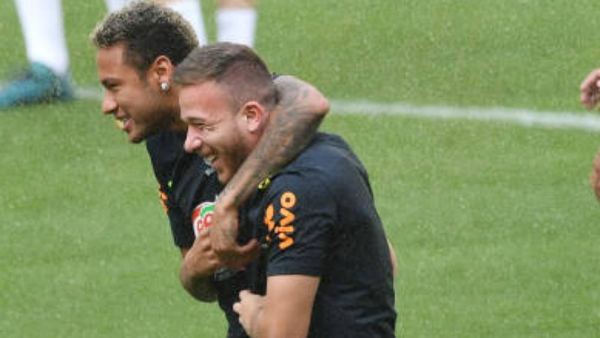 Arthur y Neymar durante un entrenamiento con Brasil. (Getty Images)