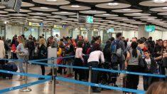 Colas enormes para pasar el control de pasaportes del aeropuerto de Barajas en plenas navidades. Foto: OKD