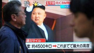 Kim Jong-un, líder del régimen de Corea del Norte, en un televisor de Pyongyang. Foto: AFP