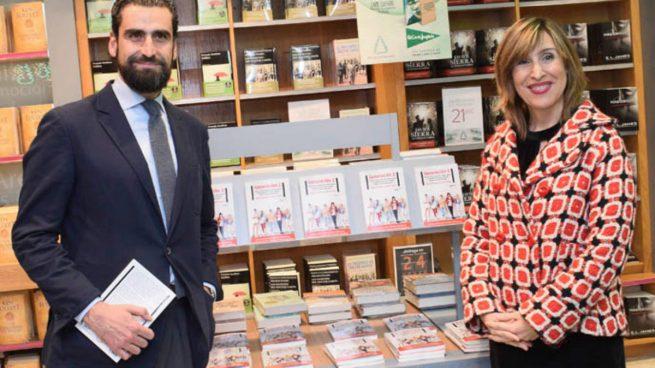 El director de Deusto Business School, Iñaki Ortega, y la periodista Núria Vilanova presentando su nuevo libro 'La Generación Z: Todo lo que necesitas saber sobre los jóvenes que han dejado viejos a los millennials'.