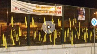 La avenida Mossen Jaume Soler de Calafell con los lazos amarillos que el Ayuntamiento no retira. Foto: FB