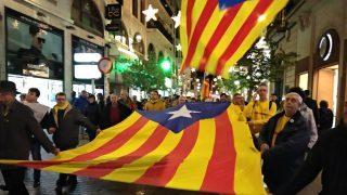Una gran bandera estelada independentista encabeza la manifestación que este sábado ha recorrido las calles de Palma de Mallorca.