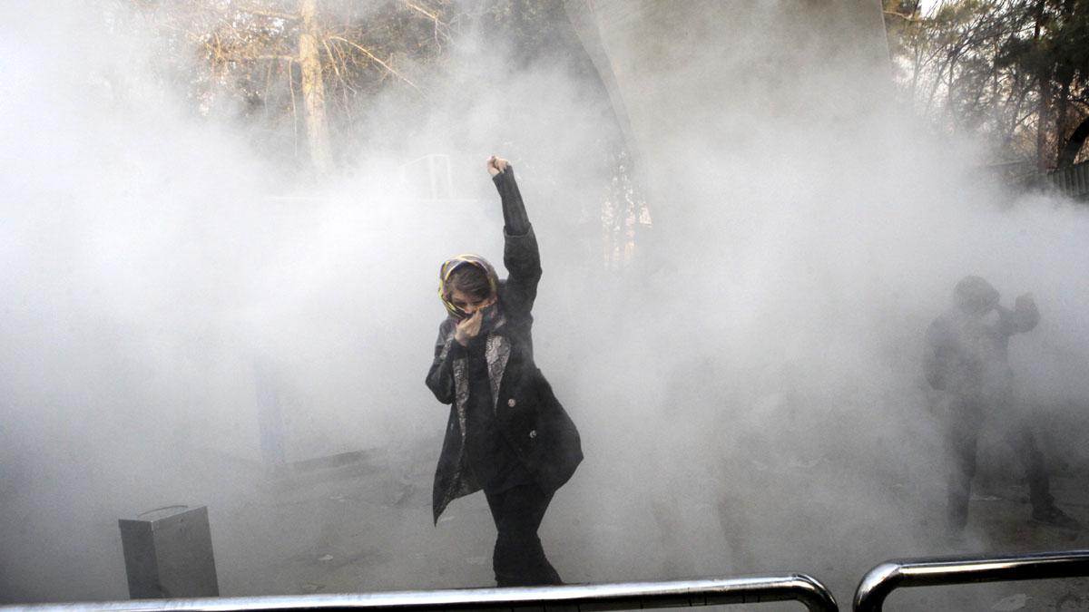 Una mujer durante las protestas en Irán. Foto: AFP